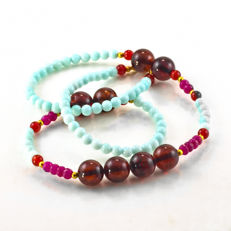 Milky blue Jade necklace with Amber, Rubies and Fire agate – Length 47 cm, 18kt/750 yellow gold clasp