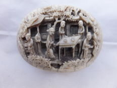 Engraved ivory Cantonese oval plaque with a domestic scene, in good condition, high quality - China - late 19th. century.