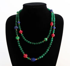Long necklace of polished emeralds and decorated with rubies and sapphires -clasp is 14 kt gold - 580 ct - 115 cm