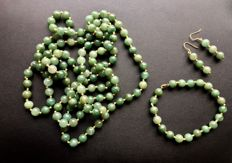 Parure of Jade Jadeite with 18 Kt White Gold Clasp and Hook - Long Necklace (127 cm), Bracelet and Earrings - no reserve price