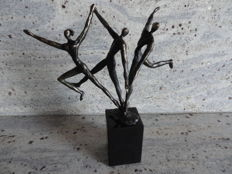 """Bronze sculpture with a monogram on a marble base, """"Een Dynamisch Team"""""""