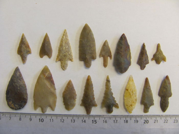 16 Neolithic arrowheads - 20/45 mm (16)