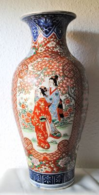 Beautiful Imari palace vase with unique painting – Japan – first half of the 20th century