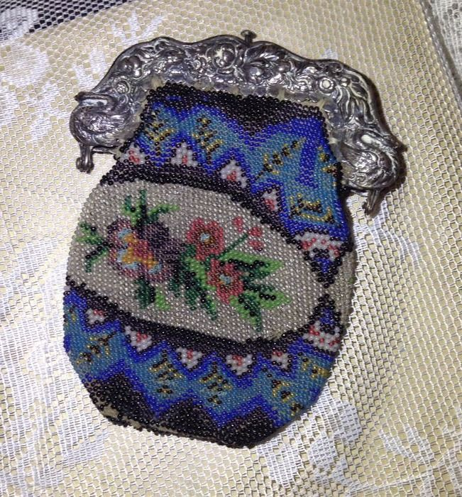 Beaded purse with silver bracket with a relief of swans and floral decor - circa 1860