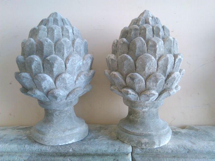 A pair of pine cones sculptures in stone grit - Italy - 21st century