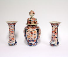 Imari garniture - Japan - 19th century