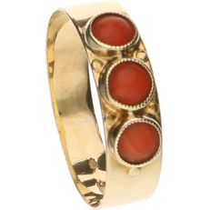 14 kt Yellow gold ring set with precious coral - Ring size: