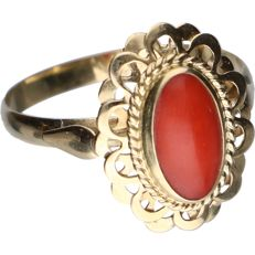 14 kt - Yellow gold tooled ring set with a cabochon cut precious coral - Ring size: 18.25 mm