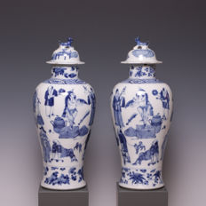 Beautiful pair of blue and white porcelain vases with lid, décor of figures - China - 19th century
