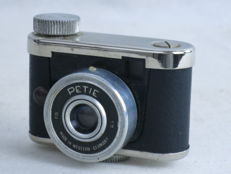 Kunik PETIE, subminiature 16mm camera, made in Germany, ca. 1955.