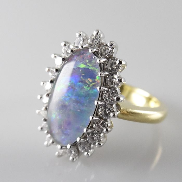 18 kt Cocktail ring with opal and brilliant cut diamonds, 0.80 ct in total - ring size 17 / 53