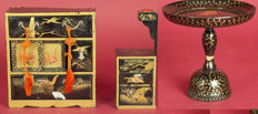 Lot with two pieces of Hina miniature furniture with arabesque gold maki-e lacquer – Japan – Taishō period (1912-1926)