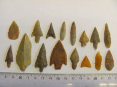 16 Neolithic arrowheads - 15/53 mm (16)