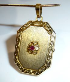 8 kt / 333 pendant – hexagonal photo locket with natural ruby in floral setting ***no reserve***