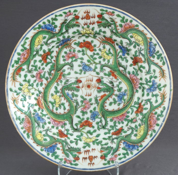 Dragon plate with a decoration of 6 dragons - China - early 20th century