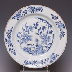 Beautiful big blue white porcelain plate, flower decoration - China - 18th century.