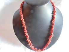 18 kt yellow gold, 750 hallmark, and natural Mediterranean coral (Torre del Greco) 57 cm