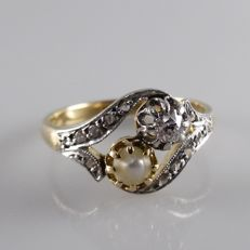 Antique wavy ring with diamonds in platinum and a natural pearl.