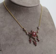Splendid and rare draped Art Nouveau necklace in 18 kt gold with garnets.