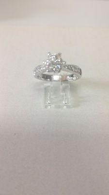 18 ct white gold ring with brillian cut diamond (0.31 ct). Size: 13/53