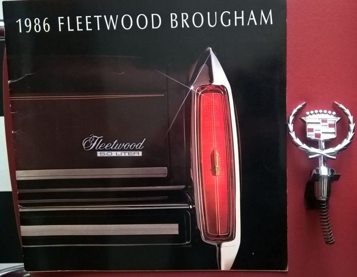 Cadillac - Lot of 2 original objects: mascot and advertising catalogue fleetwood brougham 1986 - circa 1980