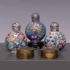 Lot of three beautiful enamelled snuff bottles and two boxes - China - second half of the twentieth century
