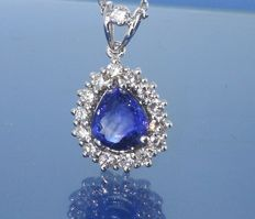 Necklace with a beautiful Sri Lankan sapphire of 1.80 ct & 15 diamonds of 0.60 ct in total