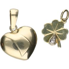 14 kt – Lot of 2 yellow gold pendants in the shape of a heart and  a four-leaf clover, with a diamond of approx. 0.005 ct.