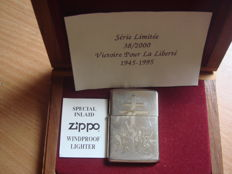 Zippo lighter engraved in gold, end of limited series 38 on 2000, Victoire pour la Liberté 1945-1995, silver plated, with his walnut box.