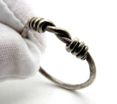 "Rare Medieval Viking period Silver Twisted Ring with ""Knot"" Bezel - 22 mm"