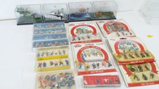 Preiser/Noch/Faller/Busch H0 - 17 sets with figures, autos and accessories