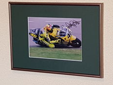 Valentino Rossi - Multiple World Champion MotoGP/500 CC - hand signed old framed photo Rookieyear 500 CC 2000 + COA.