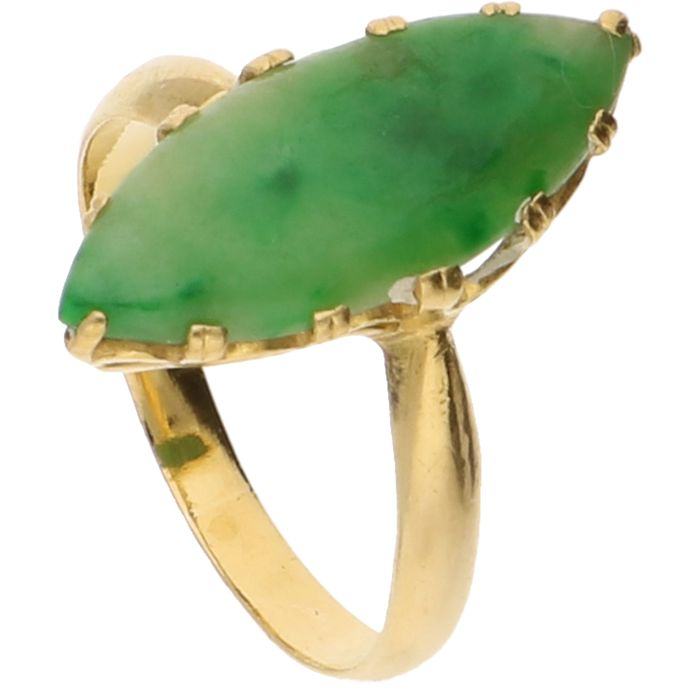 18 kt - Yellow gold ring set with a jade stone - Ring size: