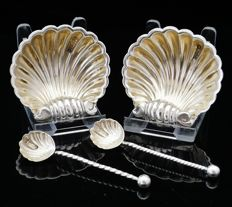 High Quality Pair of Silver Scallop Shell Design Salt Dishes with Spoons, Sheffield 1909, Frederick Henry Davidson