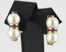 Yellow gold, 750/100 (18 kt) – Earrings – Rubies, 0.50 ct – Pearls – Earring height: 19.60 mm