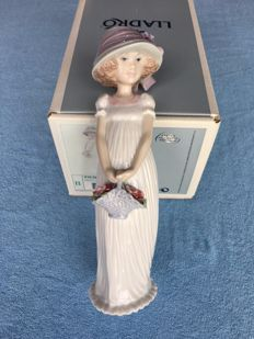 LLADRO 8022 'Little Lady' Special Event Piece for 2004 in original box