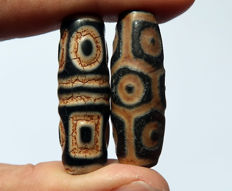 Two agate 'dzis' - 9 eyes in tortoiseshell and quadruple heaven and earth - Late 21st century