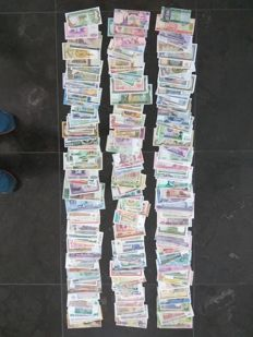 World - Collection of 300 banknotes from all over the world. All different.