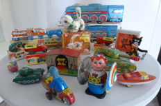 China, West Germany - Several dimensions - Lot with 13 pieces of tin toys with clockwork or mechanism, 1960s/70s