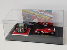 Michael Schumacher -Vitrine incl. Ltd. Edition Amalgan Stuur 2004 scale 1:4 + 1:43 Ferrari 2004 + hand signed photo + COA.