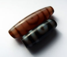 Two 'Dzis' beads in agate - 2 and 3 Eyes - Harmony and health - Tibet - late 20th century