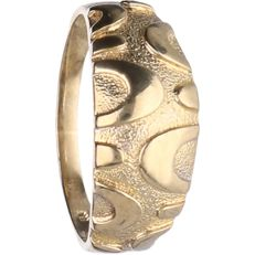 8 kt, below legal gold grade - Yellow gold tooled ring - Ring size: 17 mm