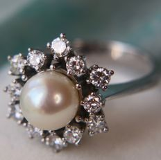 Exquisite 18Kt. white Gold ring in new state (worn twice) set with a sea/salty AAA quality Pearl (8 mm) and enchanted by 12 natural top quality diamonds (Top Wesselton/Flawless) for an approx. of 0.84ct