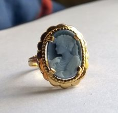 Ring in 18 kt gold set with a blue cameo.