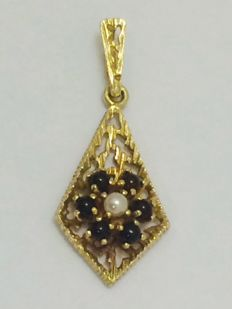 Victorian, 18 kt gold lavalier pendant with cabochon cut garnets and a seed pearl