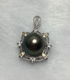 Tahitian black pearls, 18K gold, color sapphire necklace. Pearl diameter: 11 mm., necklace 45 cm