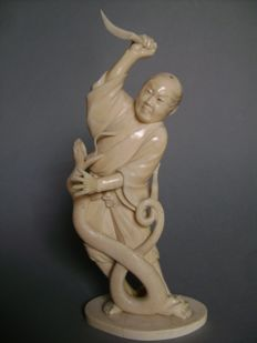 Okimono in ivory - man been attacked by a serpent - Japan - approx. 1900 (end of Meiji period)