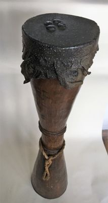Kundu Sing Sing ceremonie hand drum with trim and snakeskin linked with human blood - Sepik - Papua New Guinea