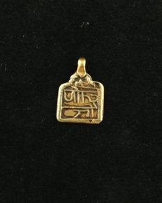 Antique 20 kt gold pendant with Hindi inscriptions – India, early 20th century