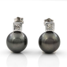 18 kt white gold earrings with 0.20 ct of diamonds in square bezel settings and Tahitian pearls measuring 14 mm